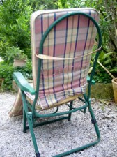 een comfortabele stoel bij een vakantiehuis