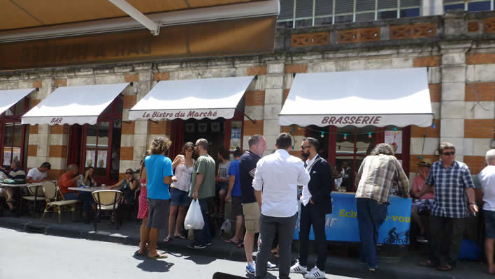 Bij de markt in La Rochelle