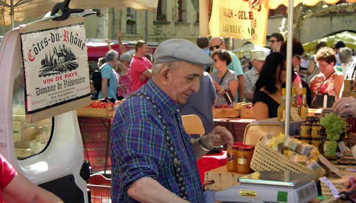 de altijd supergezellige markt op zaterdag in Uzès