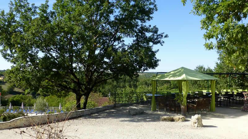 Het mooie terras van Village des Cigales bij Mauroux (Lot)
