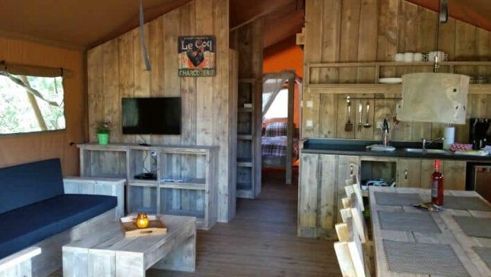 Luxe safaritent met TV, douche, toilet, vaatweasser en wasmachine