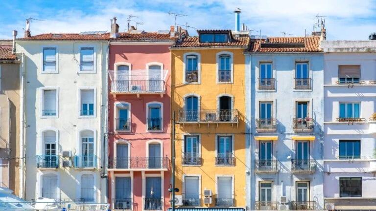 Pastelkleurige huizen in Sète